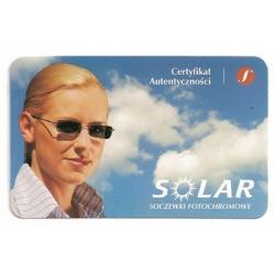 Szkła plastikowe, sferyczne fotochromowe Solar indeks 1.56 (10% cieńsze). Utwardzone z wielowarstwową powłoką antyrefleksyjną oraz warstwą hydrofobową, która zmniejsza efekt parowania. Oprawki