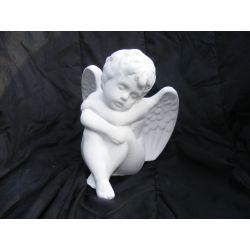 Siedzący i drzemiący anioł