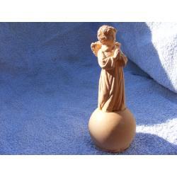 Aniołek modlący sie na kuli