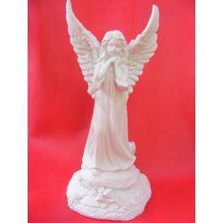 Anioł stojacy z różyczką