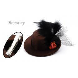 Spinka-broszka kapelusik kolor brązowy