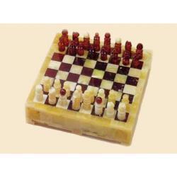niesamowite szachy, wykonane w całości z kawałków naturalnego bursztynu w różnych kolorach.