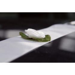 Szarfa biała z różą: białą, bordo lub ecru, oraz szarfa ecru z różą ecru. op. 2x2,4 m