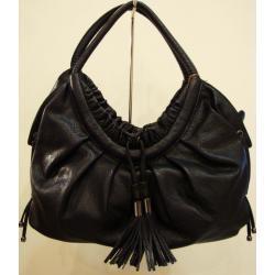 czarna torebka ze skóry ekologicznej z ozdobnymi frędzlami