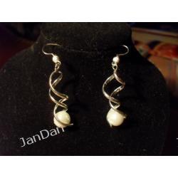 Srebrny świderek z białą perłą
