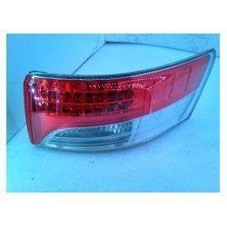 Toyota Avensis NM sedan lampa tylna prawa delikatnie wyszczerbiona