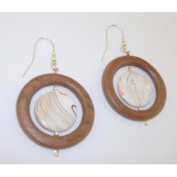 Interesujące kolczyki z egzotycznego mahoniu i masy perłowej Na rękę