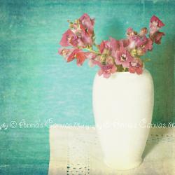 Kwiat frezji w wazonie - Obraz na płótnie CANVAS 20x20cm