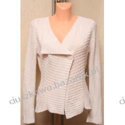 Biały sweterek zapinany na efektowny guzik