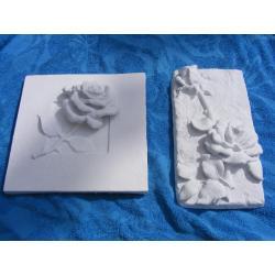 Dwie płaskorzeżby z różyczkami