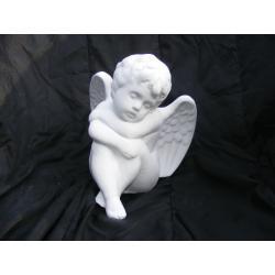 Siedzący i drzemiący anioł Figurki i rzeźby