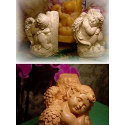 Anioł siedzący i śniący na pniaku.18 cm. Figurki