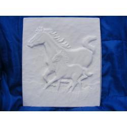 Konie w galopie płaskorzeżba Figurki i rzeźby