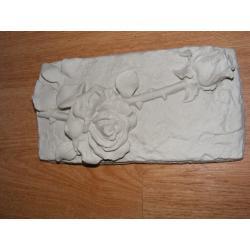 Płaskorzeżba-dwie róże Figurki i rzeźby