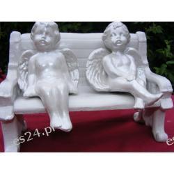 Aniołki siedzące na ławce