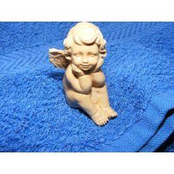 Odpoczywajacy aniołek Figurki i rzeźby