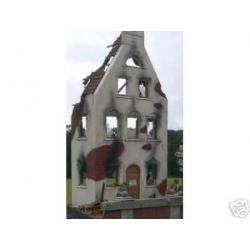 Fasada domu-ruina Blachy i formy do pieczenia