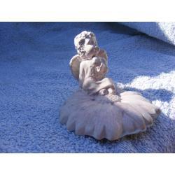 Aniołek siedzący na kwiatku Akcesoria i makiety
