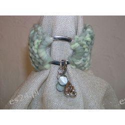 Bransoletka robiona na drutach z włóczki w odcieniach zieleni