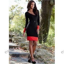 Sukienka z kontrastowymi wstawkami w rękawach