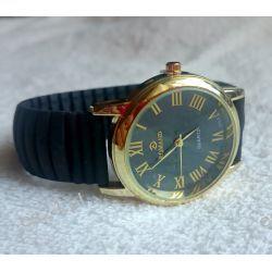 Złoty zegarek na czarnej gumowej bransolecie