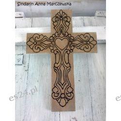Drewniany, ręcznie wypalany, ścienny krzyż z dedykacją Rękodzieło