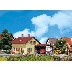 Dom osiedlowy z przybudówką, FALLER 131358 101-500 elementów